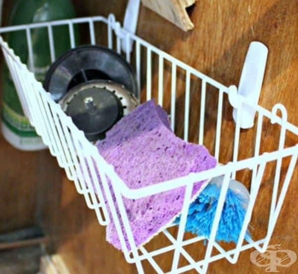 Използвайте свободното пространство под мивката за гъби или четки в подходящи кошнички.