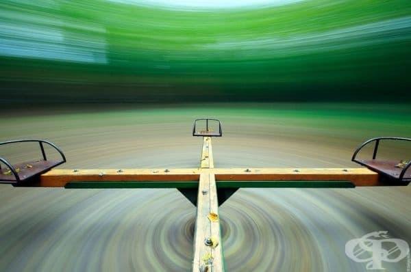 Сюрреалистична фотография на весела въртележка.