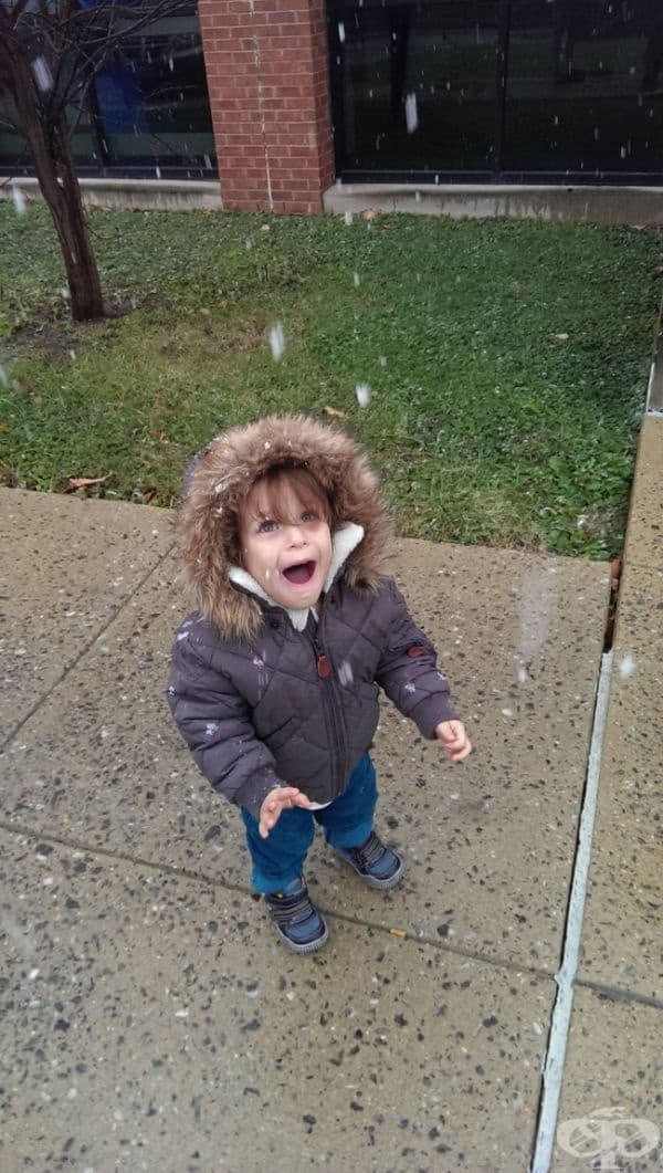 """""""Моят син се наслаждава на снега за пръв път."""""""