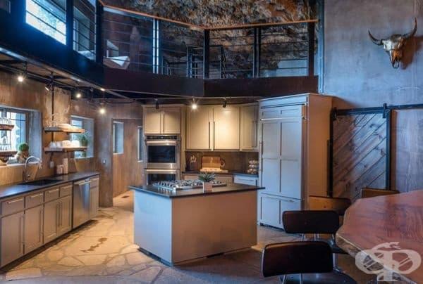Кухнята е модерно обзаведена с голям дървен бар.