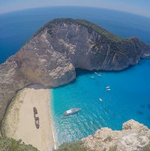 """Плаж Навагио, Закинтос, Гърция. Това е един от най-известните плажове в Гърция, известен още като """"Корабокрушението"""", поради корабокруширалият кораб MV Panagiotis. Смята се, че е контрабандирал цигари, вино и жени."""