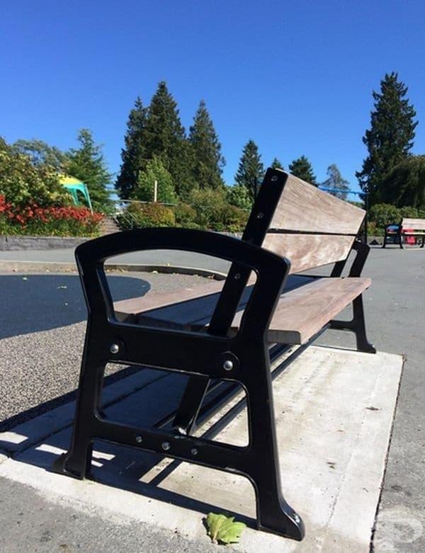 Гърбът на тази скамейка може да се движи в две посоки - напред или назад, това позволява да седнете и от двете страни.