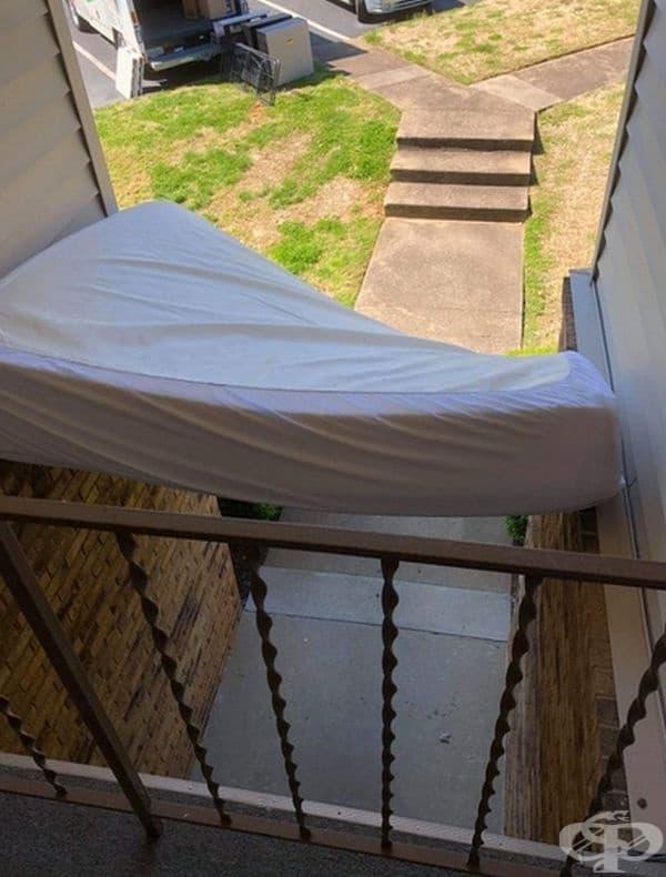 """""""Не можех да пренеса матрака по вито стълбище и реших да го пусна през терасата. И!"""""""
