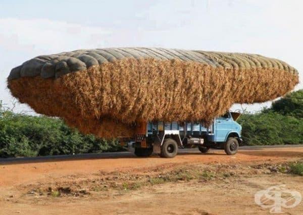 Претоварен камион в Индия.