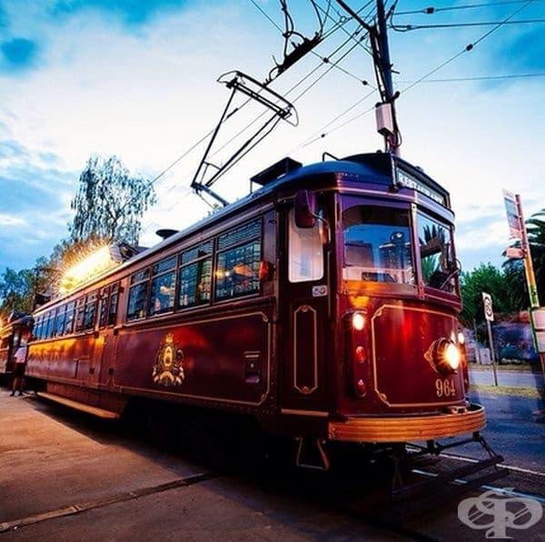 Колониален трамваен ресторант, Австралия. Това е едно интересно решение да разгледате Мелбърн и предградията, докато вечеряте в ретро трамвай.