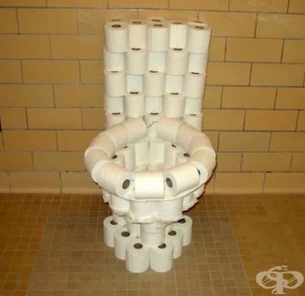 Иновативна тоалетна чиния, изградена от тоалетна хартия.