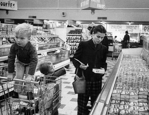 Джени Макгил пазарува с децата си през 1956 г.