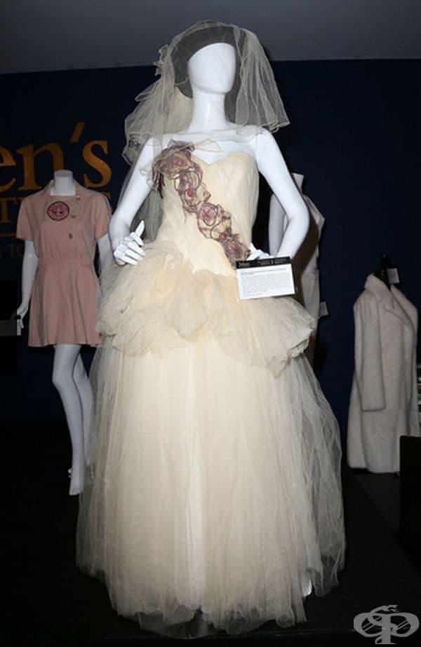 Мадона, 1985г. Мадона се омъжи за актьора Шон Пен в рокля и черна шапка с воали от личен дизайнер.