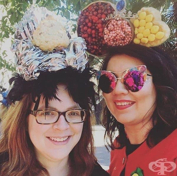 Парад на шапките в деня на Света Екатерина, Франция. Празникът се чества на 25 ноември. Организира се парад на интересни и екстравагантни шапки, представени предимно от неомъжени жени.