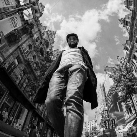 """Фотограф снима хората отдолу и ги превръща в """"гиганти"""""""