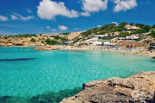 Ибиза е един от Балеарските острови в Средиземно море. Най-популярен е с нощтния живот, но и тихите градове и красиви плажове.