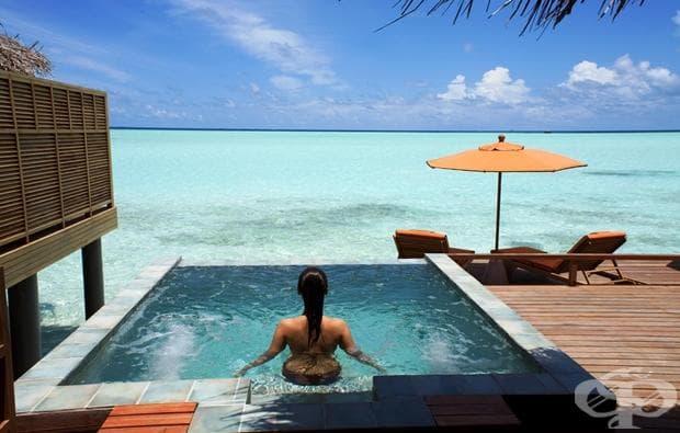 Малдиви е тропическа държава в Индийски океан, състояща се от 26 коралови атоли, които са съставени от стотици острови. Малдивите са известни със своите плажове, сини лагуни и обширни рифове.