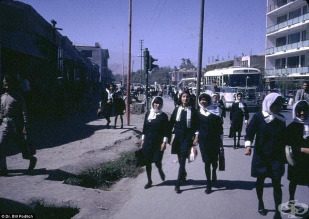 Афганистански момичета се прибират от училище. Момичетата и момчетата получават високо ниво на образование и въпреки че и всички имат униформи, на момичетата не им е позволено да носят бурка на път за училище. На младите жени им е позволено да учат в коле