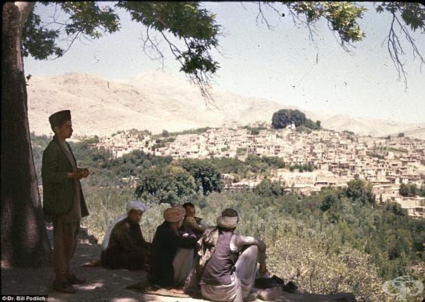 Мъже отпочиват под сянката, гледайки към Исталиф — вековен център за производство на керамика, разположен северозападно от Кабул.
