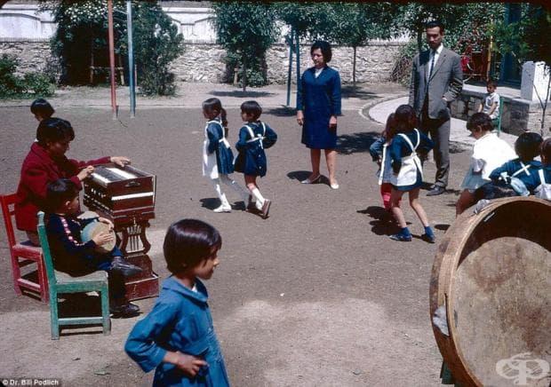 Млади момчета в сини униформи могат да бъдат забелязани да танцуват и да играят в училищния двор