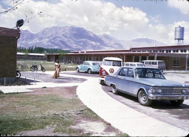 Паркинг в международното американско училище в Кабул, където дъщерите на д-р Подлих учат. Училището вече не съществува.