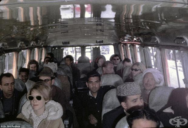 Семейството се отдава на пътешествие с автобус от Кабул до Пешавар в Пакистан