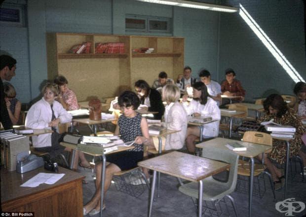 Ученици в международното американско училище в Кабул, където Ян и Пег също се обучават. След уроци, момичетата биват ръководени от индийки, носещи сари и закарвани обратно в Кабул.