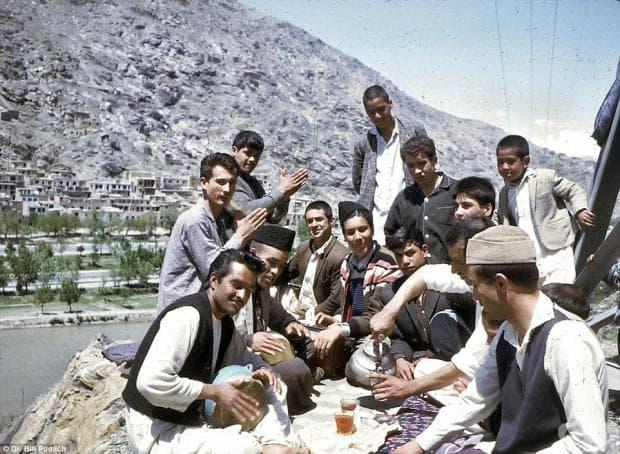 Пикник, организиран от млади афганистанци, споделящи чаша чай и музика в свободното си време.