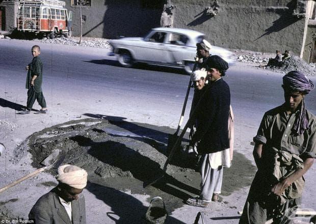 Работници поправят пътя, но все пак имат малко време да се усмихнат