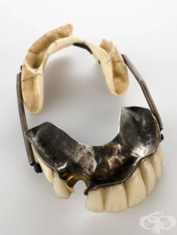 Първите индивидуални порцеланови зъби били дело на италианския зъболекар Джузепандежело Фонци (1768-1840). Те били направени от него през далечната  1808 година.