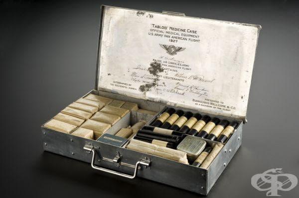 """На етикета от комплекта за първа помощ могат да се открият осемте имена на пилотите от полет """"Pan American Goodwill Flight""""."""
