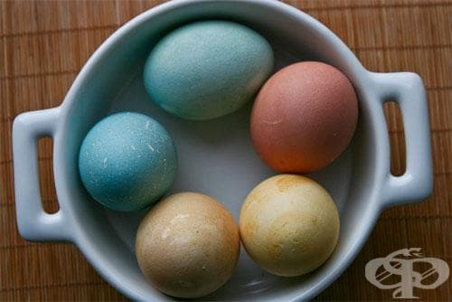 При всички положения, обаче, цветовете ще са една идея по-бледи от тези, третирани с изкуствени бои.Понякога, за да се постигне наистина наситен цвят, е нужно яйцето да се накисне за няколко часа.