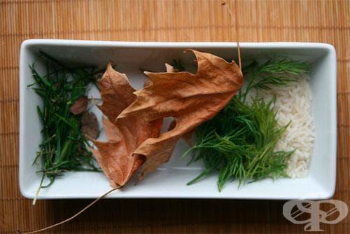 В допълнение, може да се снабдите с листа, цветни венчелистчета, листни подправки, суров ориз и други, които да използвате за оставяне на следи върху яйцата.