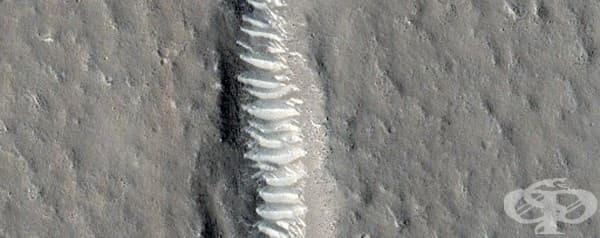 Част от Утопия Планиция, който е подреден зловещо спретнато.