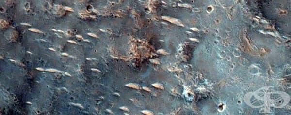 Учените смятат, че това може би са парчета скала, разхвърляни при сблъсък с метеорит.