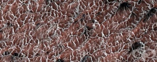 """""""Паяците"""" са прахови изригвания, причинени от начина, по който марсианската повърхност се охлажда и затопля."""