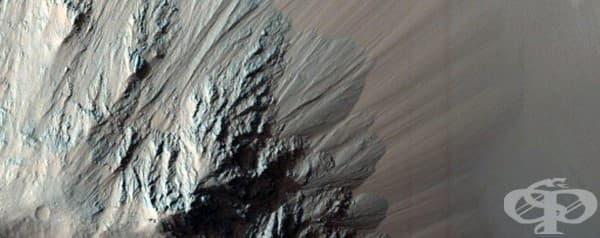 Еос Чазм е част от Валес Маринерис, най-големия каньон на Марс.