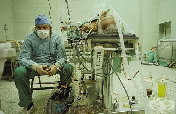 Облекчение: След успешна операция по трансплантация на сърце, която продължава 23 часа. Асистент на хирурга, уморен заспива в ъгъла.