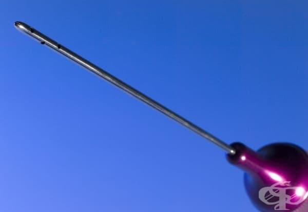 Спринцовка с игла за извършване на липосукция от началото на 2000 година
