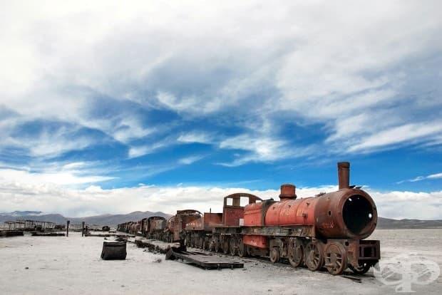 Изоставен влак ръждясва около Уюни, Боливия