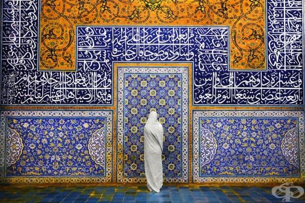 Жена пред джамия, Исфахан, Иран