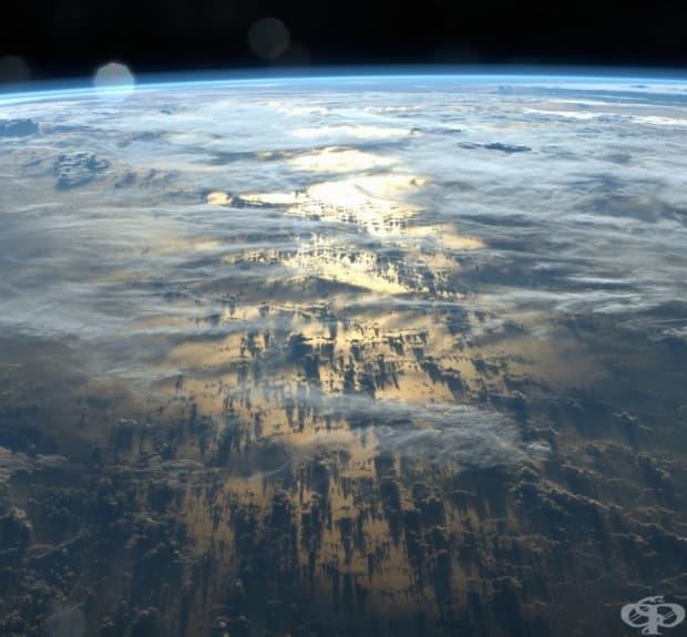 Сенките на облаците върху земната повърхност – дълги по хиляди километри.