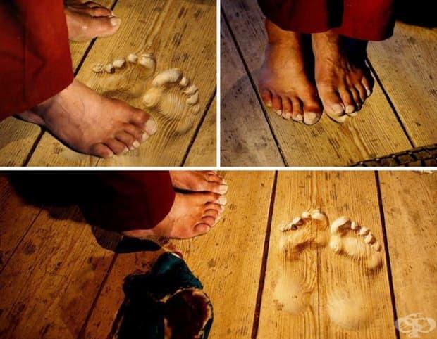 Отпечатъци от краката на монах, който години наред всеки ден се моли на едно и също място.