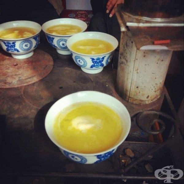 Тибет - Чаят се приготвя от прясно мляко, масло от тибетски як и сол. Има харизматичен, но горчив вкус.