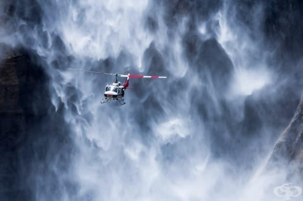 Хеликоптер близо до водопада Йосемите