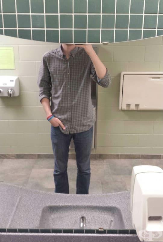 """Често, когато си прави селфи в огледалото, той се """"обезглавява"""""""