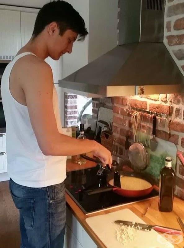 Приготвя си храната в кухнята, без дори да вижда какво точно прави