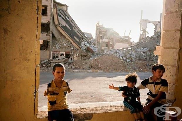 Семейството на бежанец живее сред развалините в Рамади - иракски град, жертва на ISIS.