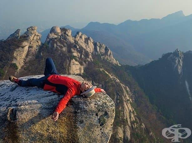 С гледка към центъра на Сеул, столицата на Южна Корея и средище на съвременния стресиращ живот. Продавачът Сунгвин Хонг почива след катерене в Национален парк Букхансан.