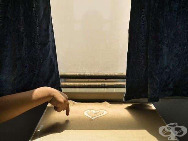 Докато влакът наближава края на пътуването на гара Кашгар, едно дете рисува сърце в пустинния пясък, който се натрупва по време на пътуването.