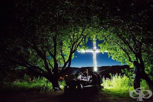 Селяните в Багаран, Армения, пеят за културна търпимост и оцеляване по време на пикник през нощта под кайсиеви дървета и гигантски кръст, който блести предизвикателно в Турция.