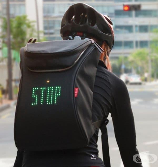 Раница за велосипедист с вграден дисплей за безопасност.