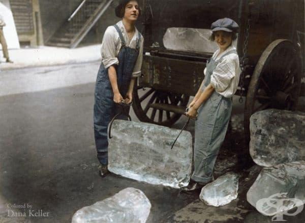 Млади жени носят ледени блокове, 1918г. (оцветено от Дейна Келър).