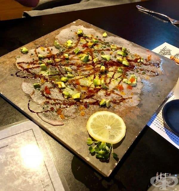 Рибна паста, презентирана на плоча за подова настилка.