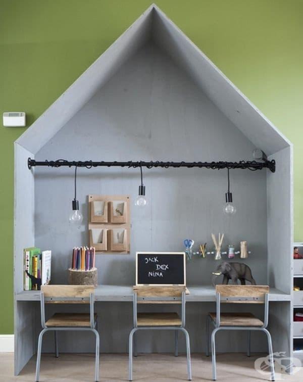 Място за игра и учене. Можете да поставите такава къща не само в детската стая, но и в хола. Вашите деца ще имат свой собствен район, където могат да си напишат домашното и да играят под наблюдението на родителите си.